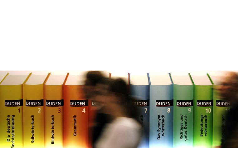 Duden-woordenboeken en studieboeken op de Frankfurter Buchmesse van 2005. Beeld afp
