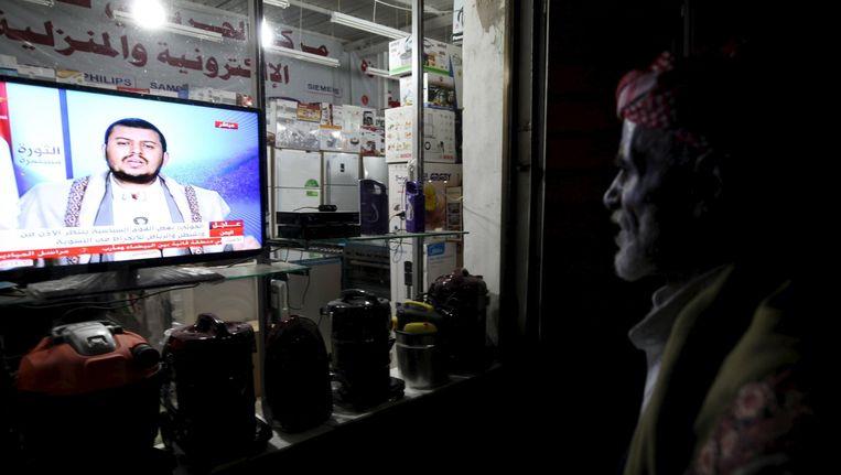 Een man kijkt naar een live uitgezonden televisietoespraak van Houthi-leider Abdel-Malek al-Houthi op 22 maart van dit jaar. Beeld reuters