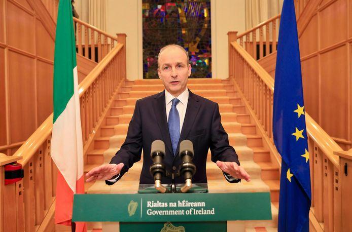 De Ierse premier Micheal Martin maakt het regeringsbesluit bekend.