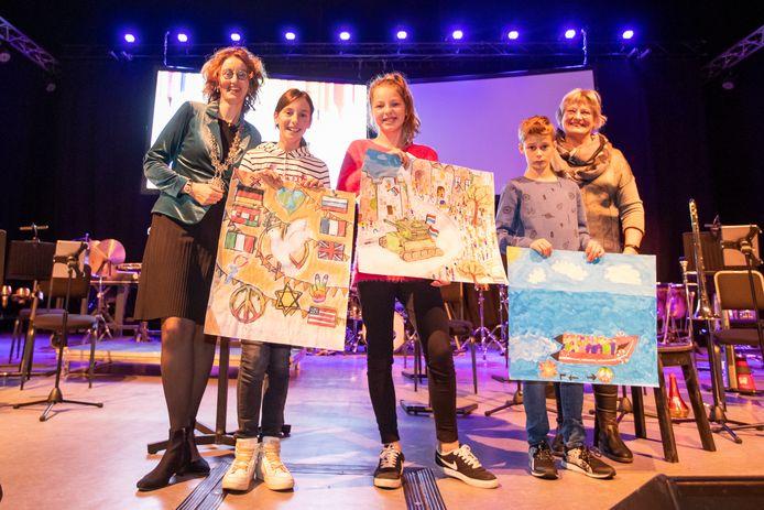 De Oirschotse winnaars: v.l.n.r. Philar van Laarhoven (3de), Annamarie Boer (1ste) en Stan van de Heuvel (2de). Links burgemeester Judith Keijzers, rechts juryvoorzitter Ellen Rooijackers.
