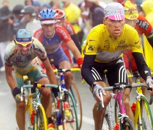 Marco Pantani in de Tour van 1998 achter Jan Ullrich.