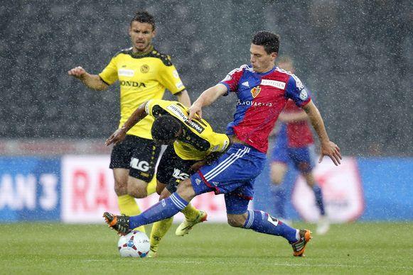 Fabian Schär (R) in duel met Josef Martinez van Bern (L)