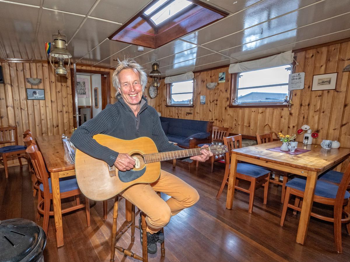 Gerrit Wassenburg, schipper en entertainer van hotelschip ALI-B2.