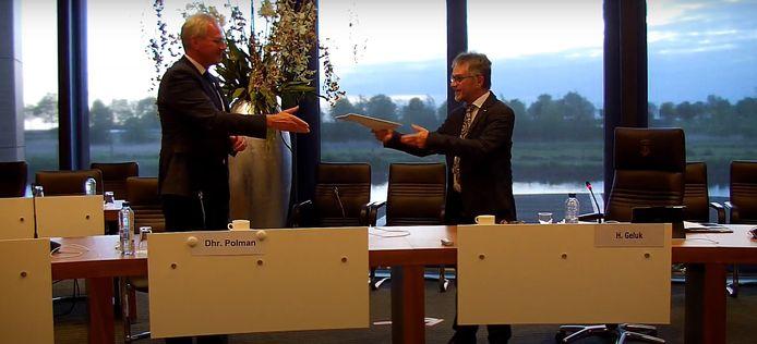Raadslid Henk Geluk (rechts) overhandigt de profielschets aan Han Polman, Commissaris van de Koning.