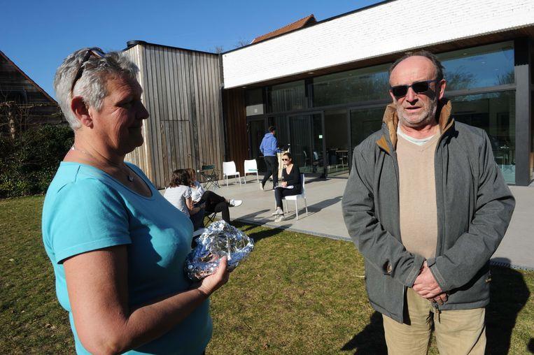 Grootouders Carine en Eddy Van Malderen zijn present voor hun kleinkind Elena.
