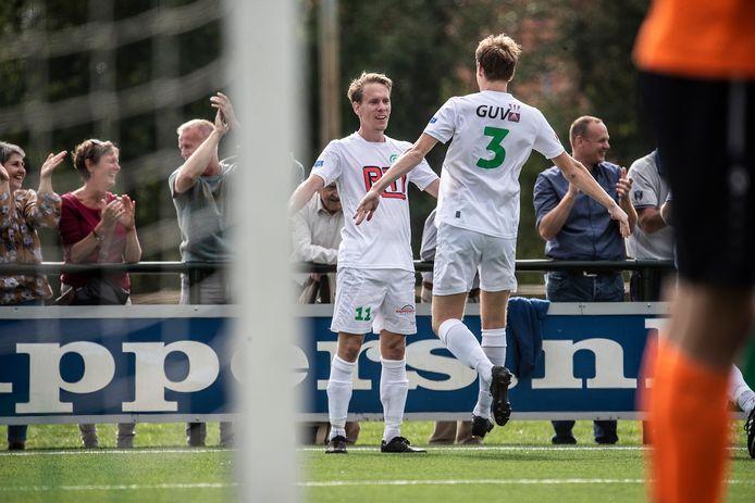 Sjors Storkhorst (links) wordt gefeliciteerd door Wouter Pillen na een van zijn vele doelpunten voor RKZVC.