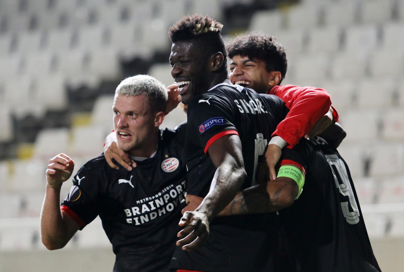 Philipp Max, Ibrahim Sangaré, Ismael Saibari en Donyell Malen vieren de winst van PSV tegen Omonia Nicosia van gisteravond.