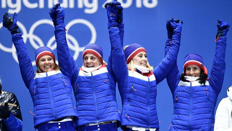 De Noorse langlauf dames tijdens de medailleceremonie. Zij wonnen samen goud op de 4x5km estafette. Beeld null