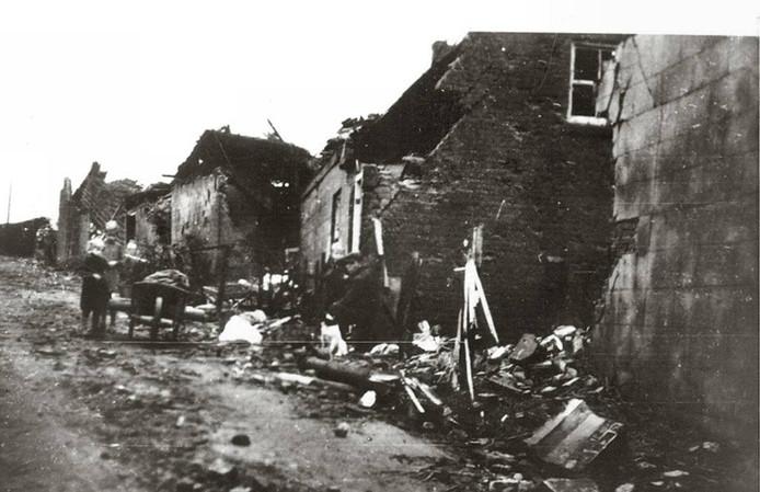 De Rijzendeweg in het hooggelegen Woensdrecht. Geen huis bleef tijdens de Slag om de Schelde gespaard. foto archief bn destem