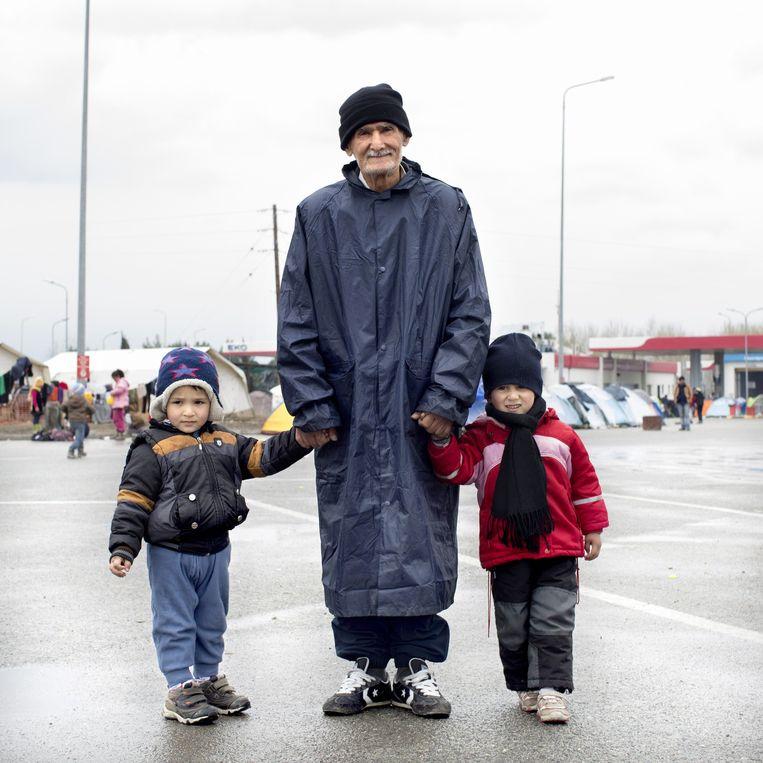 Achmed (71) met zijn kleinzoons. Beeld null