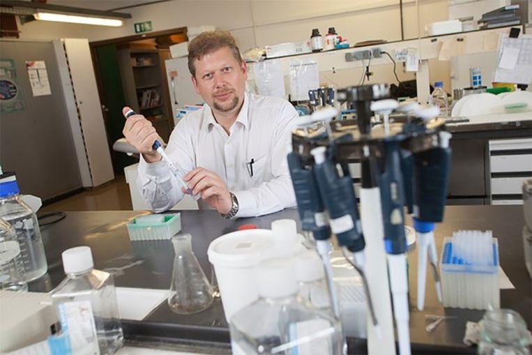 Onderzoeker Pierre Sonveaux aan het werk in een lab.
