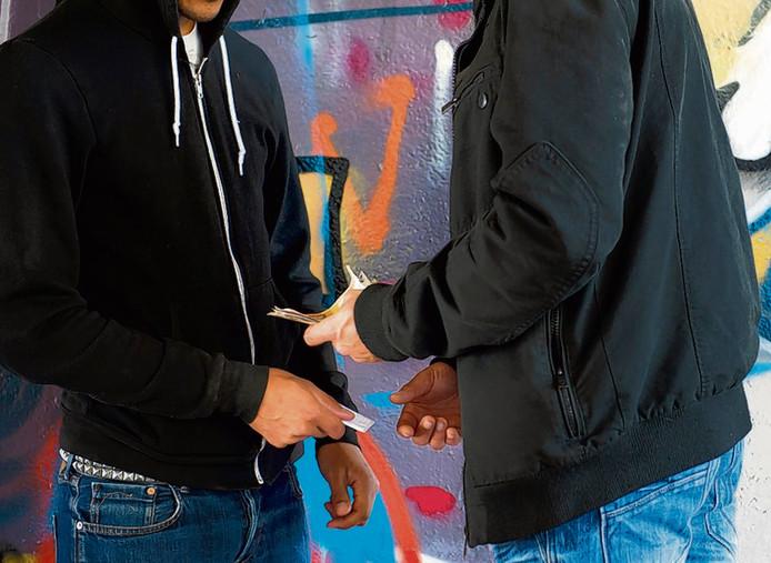 Drugsdealen op straat, de straathandel zorgt voor overlast.