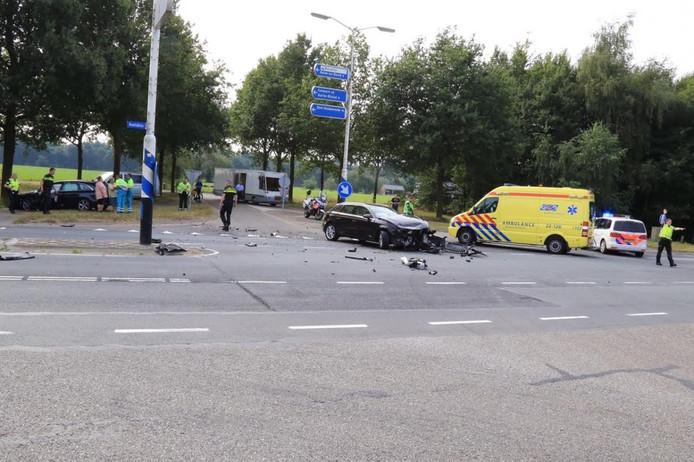 De twee auto's raakten elkaar op het kruispunt