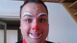 """""""Mijn god! Ik heb twee maanden met die vent op een podium gestaan"""": BV's in shock over moordende clown en z'n jodelende protegé"""