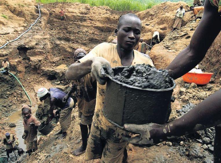 Arbeiders in een goudmijn in Congo. Beeld afp