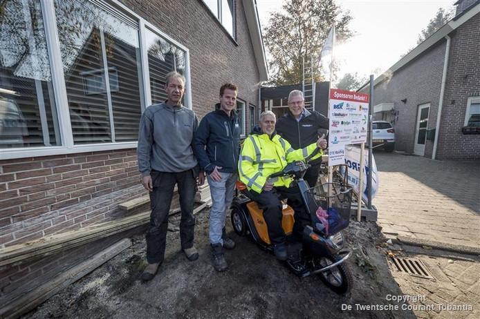 Sponsors betalen de uitbouw. Vanaf links: Barry Boer, Joost Pross, Paul Snijders en Aloys Haselbekke.
