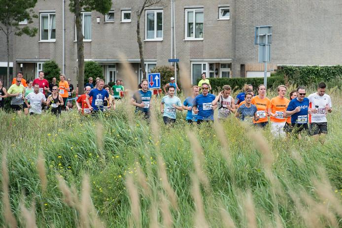 Deelnemers aan de 10 km tijdens de Haagse Beemdenloop ter hoogte van de Westerhagelaan in Breda.