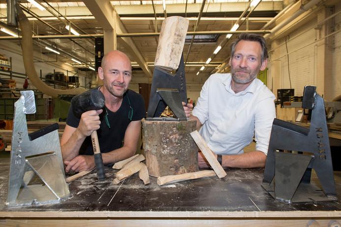 No - Axe Arjan van Eeden (l) en Arjan van der Hout (r) met hun uitvinding.