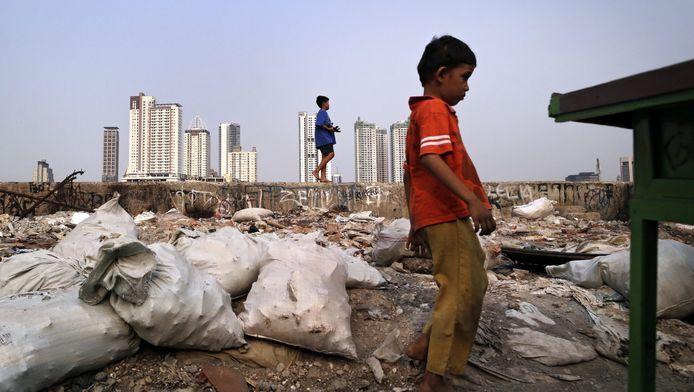 Een jongetje in Indonesië dat kampt met hoge armoedecijfers