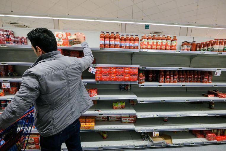 Half gevulde schappen in een supermarkt in Palermo.  Beeld EPA