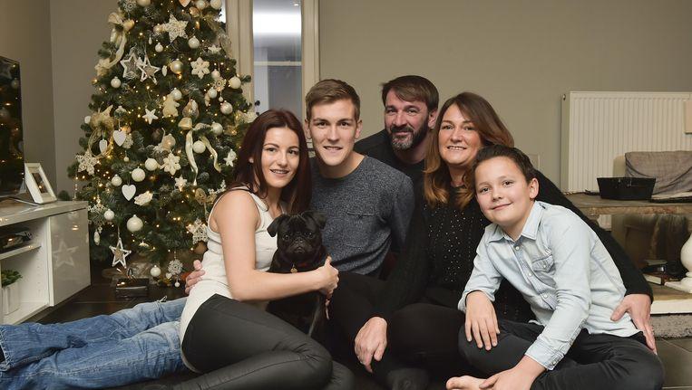 Engels met vriendin Evangalitsa, mama Bianca en haar partner Geert, en met broertje Manice. Ook hondje Louis mag mee op de foto