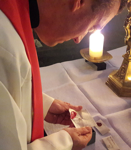 Met eerbied beitelen in het altaar, op zoek naar een relikwie
