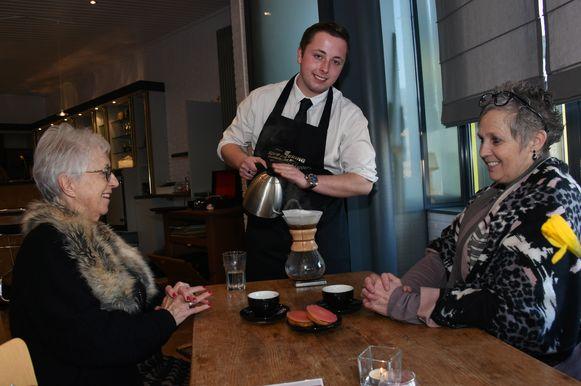 Twee gasten krijgen een 'slow coffee' en Rik legt aan tafel haarfijn uit hoe die wordt bereid.