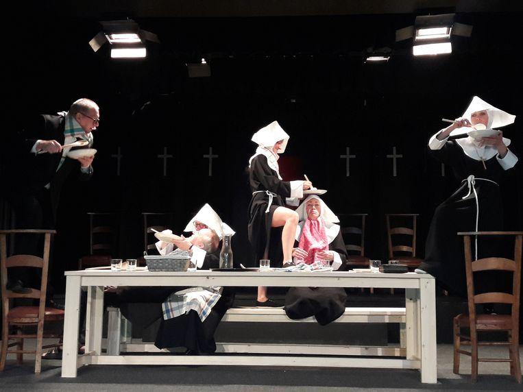 't Meibloempje brengt het blijspel De nonnen van Navarone.