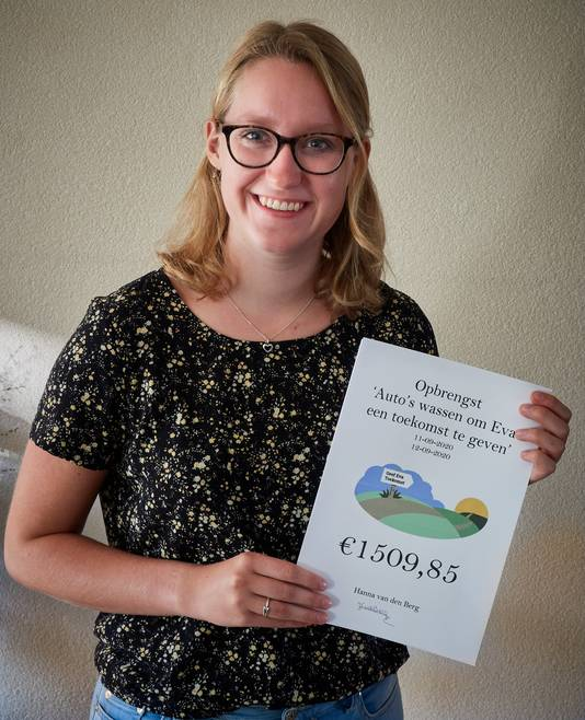 Hanna van den Berg met de cheque voor Eva Peelen.