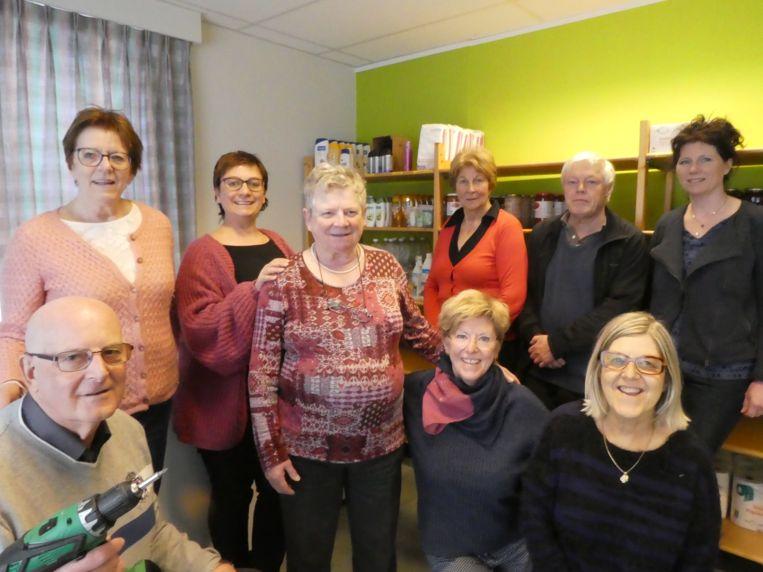 Schepen voor Sociale Zaken Els Van den Broeck (derde van links) met enkele vrijwilligers die de verhuis mogelijk maakten.