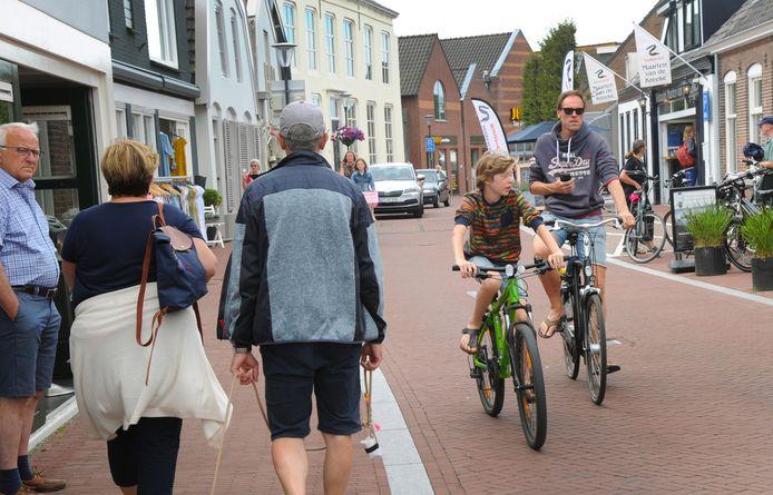 De ondernemersvereniging en de dorpsraad van Oostkapelle willen van de Dorpsstraat op drukke dagen een autoluwe straat maken, zodat mensen er veilig kunnen winkelen op anderhalve meter afstand van elkaar.
