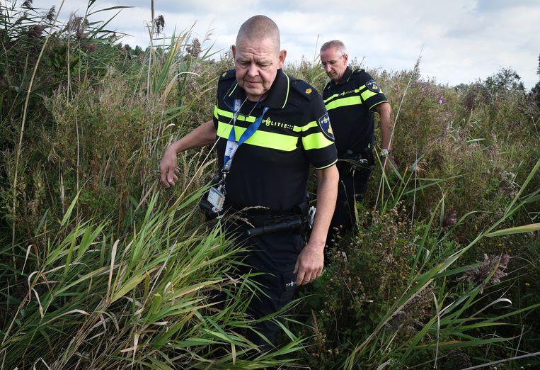 Twee agenten kammen de omgeving uit. Beeld Marcel van den Bergh
