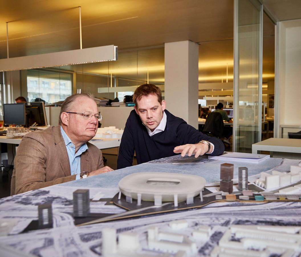 Architect David Gianotten (r) van OMA bij een maquette van het nieuwe stadion.