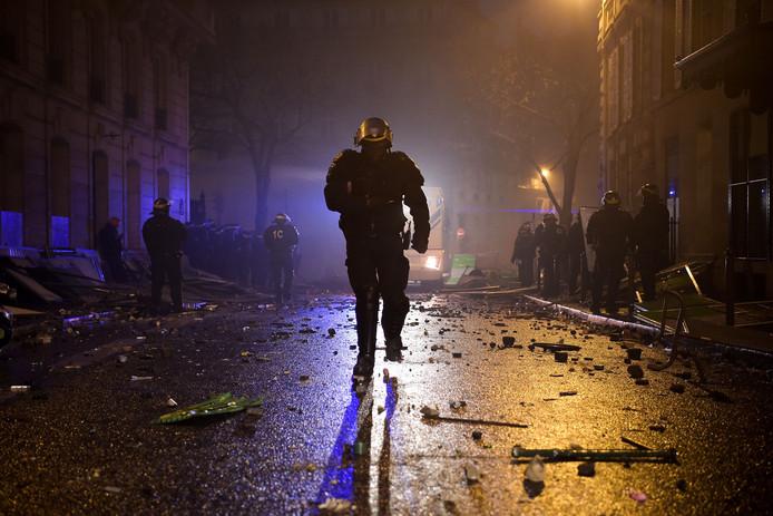 Een politieman in onrustig Parijs
