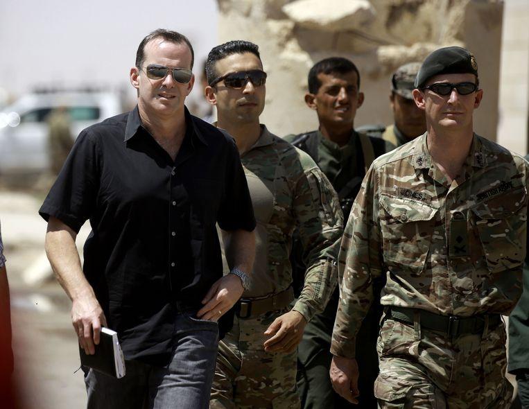 Speciaal gezant Brett McGurk in juni 2017 nabij Raqqa, de Syrische stad die tot aan de herovering als hoofdstad van het IS-kalifaat gold.