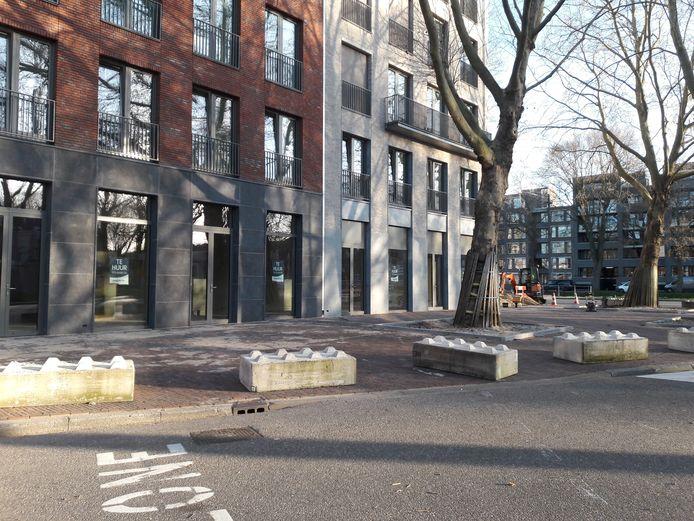 Op de hoek Zuid-Willemsvaart-Nieuwstraat zijn zo'n dertig betonblokken gelegd.