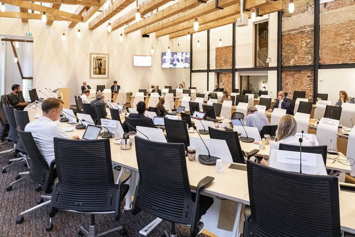 Niet alle 45 raadsleden kunnen tegelijk vergaderen in het Utrechtse stadhuis sinds de invoering van de 1,5 metermaatregel.