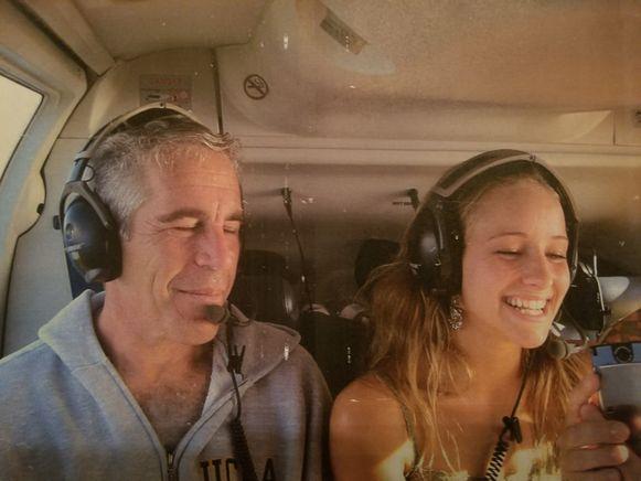 Jeffrey Epstein en Teala Davies samen in een helikopter in 2002. Ze waren samen onderweg naar Epsteins domein op de Maagdeneilanden.