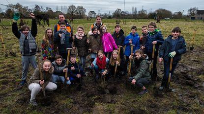 Kinderen planten bomen in De Reukens