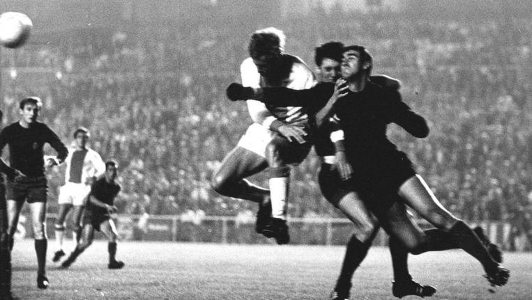 1967: Piet Keizer in duel met de Madrileense doelman Junquera. Real wint met 2-1 Beeld anp