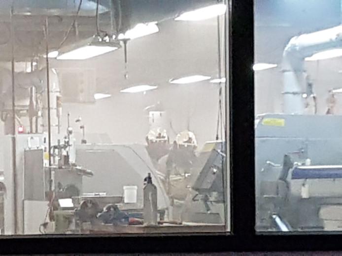 Brandweer in de hal vol rook.