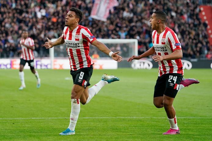 Donyell Malen en Mohamed Ihattaren juichen na een treffer tegen Sporting Portugal.