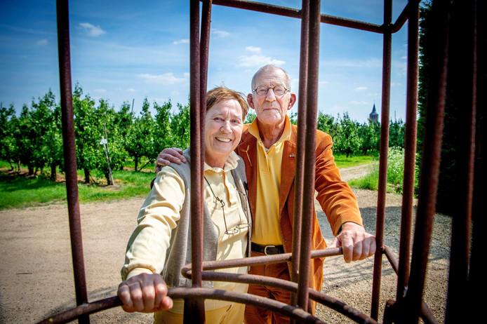 Adelheid en Huub Kortekaas voor de perenboomgaard.