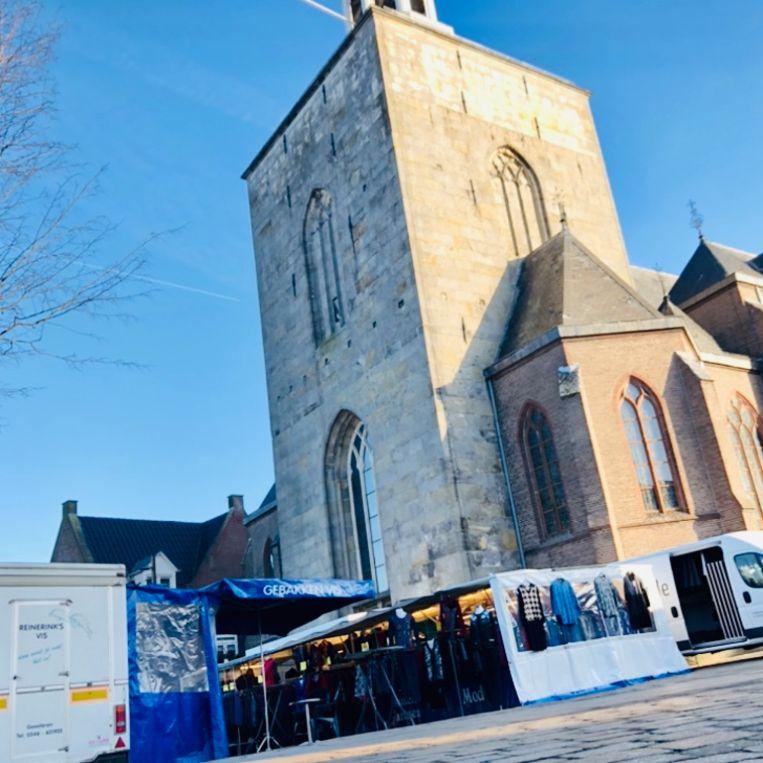 De markt in Tubbergen: twee kramen, mode en vis. Beeld