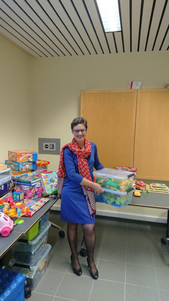 Anne Van Goidsenhoven (Open Vld), voorzitter van het Bijzonder Comité voor de Sociale Dienst, met het ingezamelde speelgoed