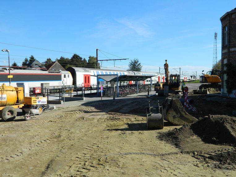 De kranen zijn heel de buurt van het station van Maria-Aalter aan het omwoelen.
