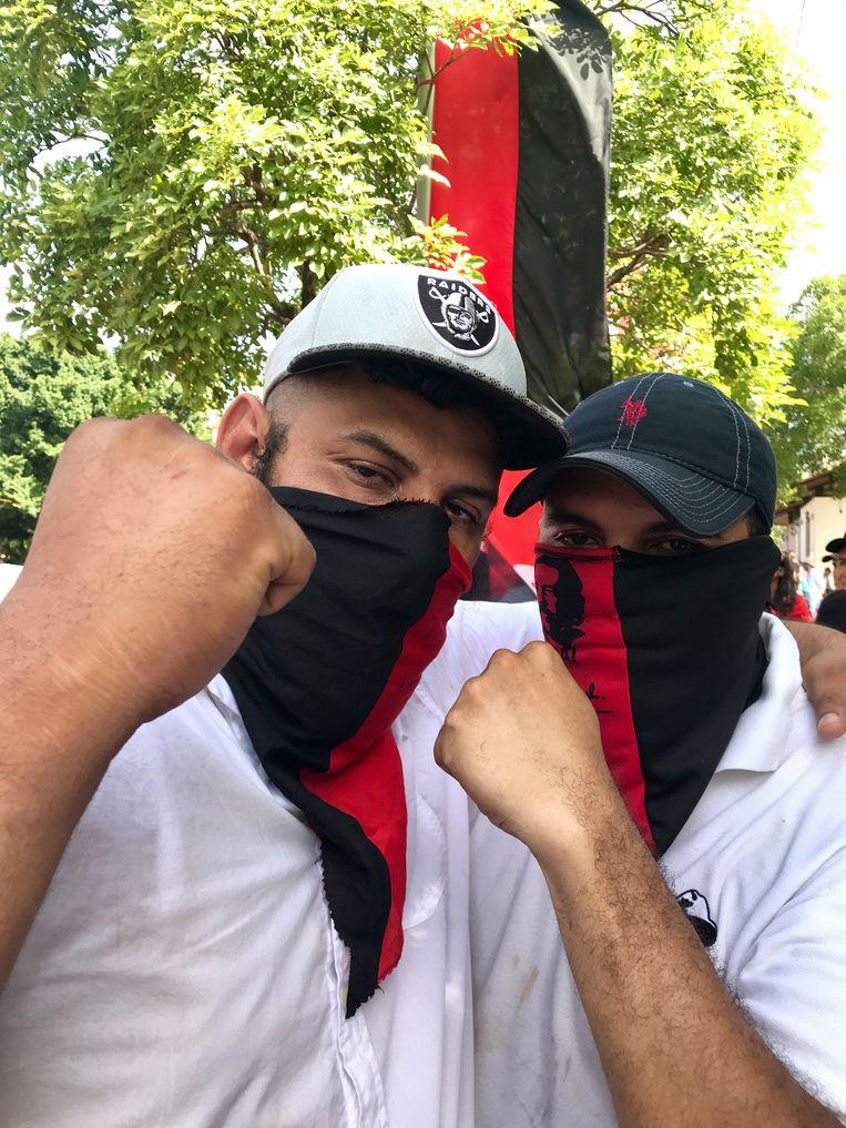 Facundo Cabrales (links) met een kameraad. Ze zijn aanhangers van Nicaraguaanse president Daniel Ortega. Beeld Marjolein van de Water