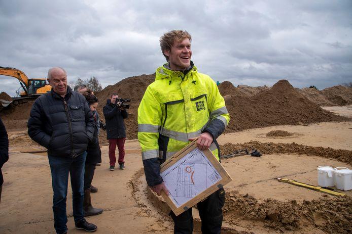 Archeoloog Jeroen Van Hercke is opgetogen met de vondst in Schellebelle.