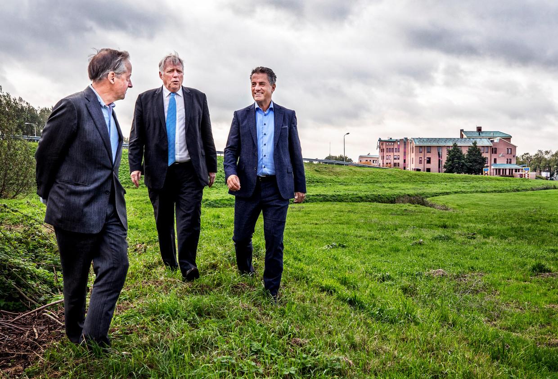 Rutger Schimmelpenninck (l), Ben Knuppe (m) en directeur Rudy Douma (r). Op de achtergrond het voormalige hoofdkantoor van DSB Bank.  Beeld Raymond Rutting / de Volkskrant