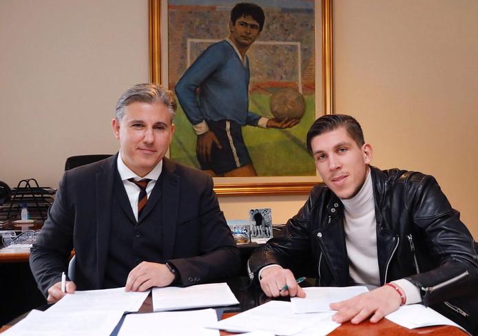 Stijn Spierings tekent zijn contract bij Levski Sofia.
